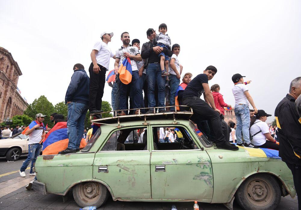 أنصار المعارض نيكولا باشينيان يفرحون لاختياره رئيسا لوزراء أرمينيا