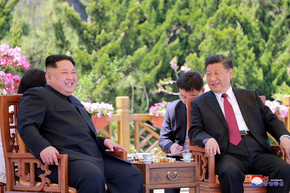 زعيم كوريا الشمالية كيم جونغ أون ورئيس الصين  شي جينبينغ في داليان، الصين 9 مايو/ أيار 2018