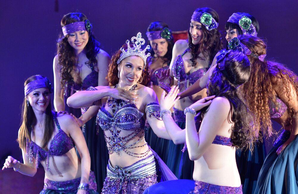أعضاء فرقة الرقص الشرقي  The Bellydance Evolution خلال جولة عرض فني في شمال هوليوود، الولايات المتحدة 5 فبراير/ شباط 2012