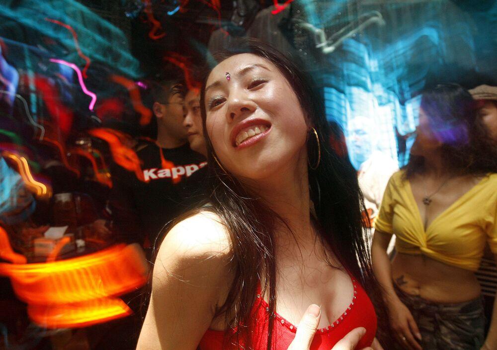 مدرسة الرقص الشرقي يي هونغ (وسط الصورة) وطالباتها أثناء الصف، تشنغدو جنوب غرب الصين 28 أكتوبر/ تشرين الأول 2007