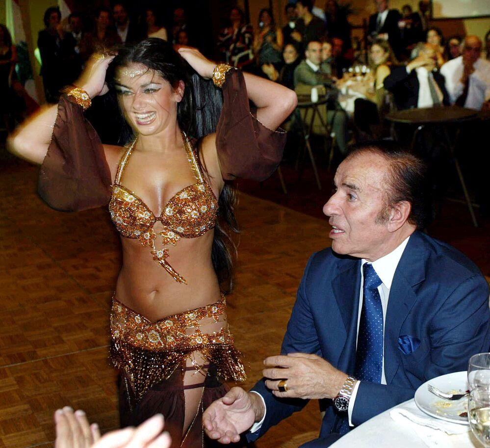 رئيس الأرجنتين الأسبق كارلوس مينيم في حفل عشاء عربي في كاسا دي بيدرا بسانتياغو، 17 أبريل/ نيسان 2004
