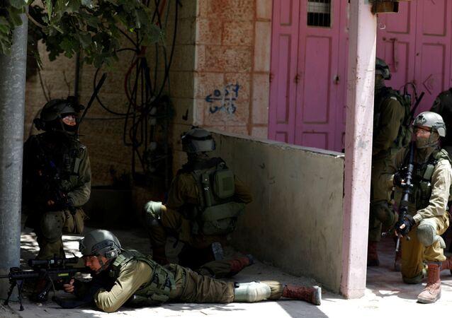 جنود إسرائليون يقنصون المتظاهرين الفلسطينيين عند حاجز قلنديا، جنوب رام الله، خلال احتجاجات ضد نقل السفارة الأمريكية إلى القدس عشية الذكرى الـ 70 لـ النكبة، الضفة الغربية، فلسطين 14 مايو/ أيار 2018