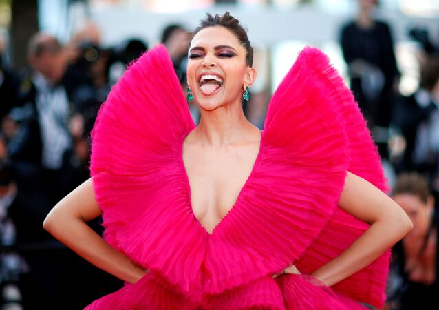 الممثلة الهندية ديبيكا بادوكوني على السجادة الحمراء للحفل الـ 71 لمهرجان كان السينمائي