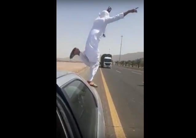 شاب يلقي بنفسه أمام شاحنة ليثبت شجاعته