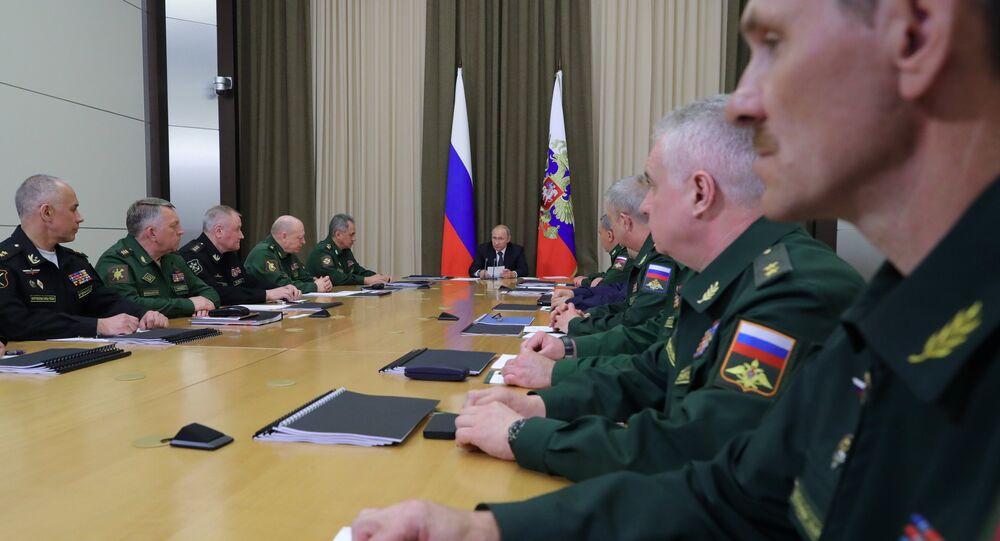 الرئيس الروسي فلاديمير بوتين خلال اجتماع مع القادة العسكريين