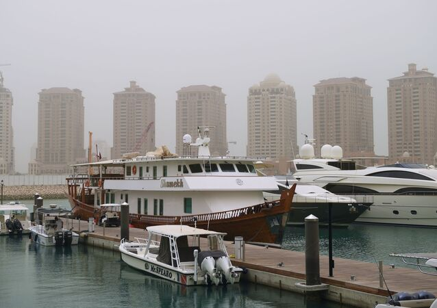يخوت على خلفية الجزيرة الاصطناعية لؤلؤة قطر في مدينة الدوحة