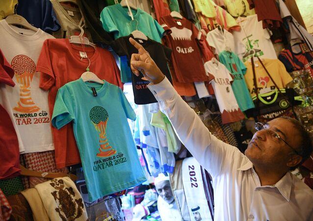 بائع في أحد متاجر الملابس في سوق واقف في مدينة الدوحة، قطر