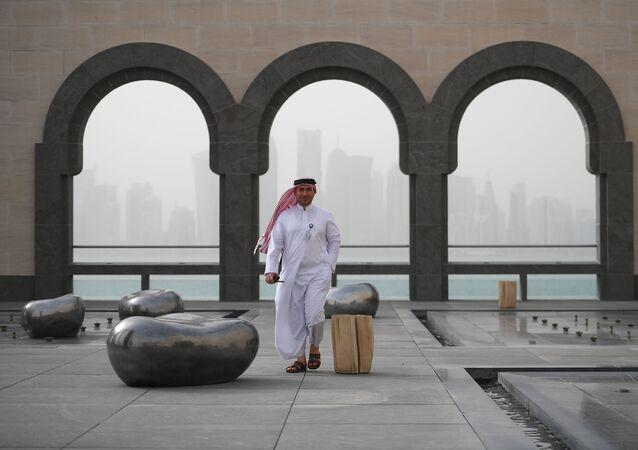 زائر في متحف الفن الإسلامي في الدوحة