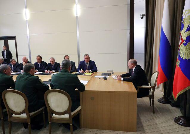 بوتين خلال اجتماع عسكري