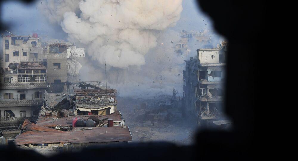 قصف قوات الجيش السوري لإرهابيي داعش في مخيم اليرموك، ريف دمشق، سوريا