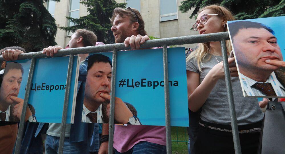 وقفة تضامنية مع الصحفي الروسي كيريل فيشينسكي من أمام السفارة الأوكرانية في موسكو