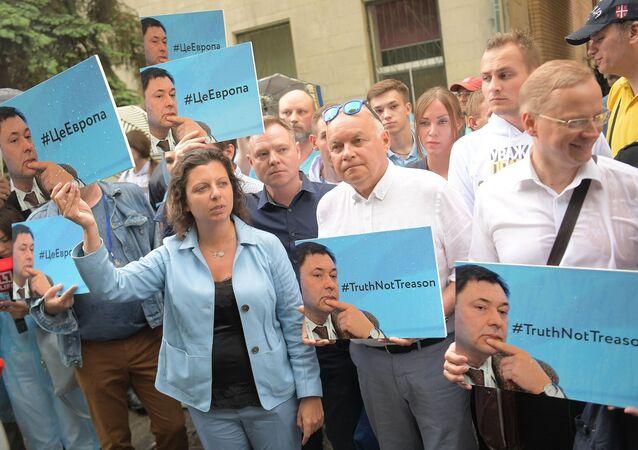 رئيسة تحرير وكالة روسيا سيغودنيا وقناة آر تي مارغاريتا سيمونيان والمدير العام لوكالة روسيا سيغودنيا دميتري كيسيليوف، خلال الوقفة التضامنية مع الصحفي الروسي كيريل فيشينسكي من أمام السفارة الأوكرانية في موسكو، روسيا 18 مايو/ أيار 2018