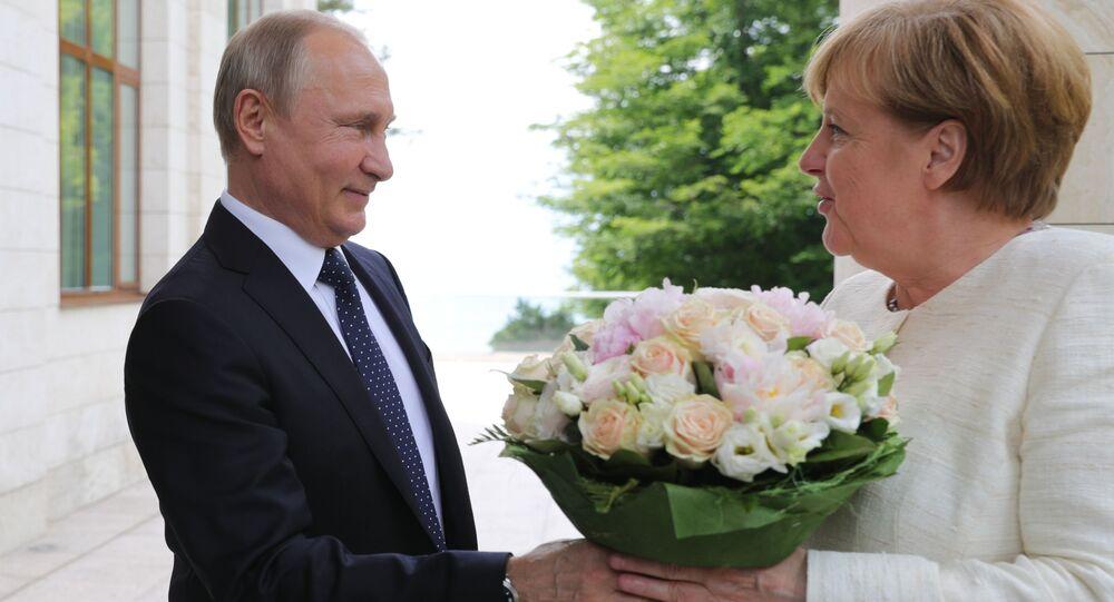 الرئيس فلاديمير بوتين يهدي باقة من الأزهار لمستشارة ألمانيا أنجيلا ميركل لدى وصولها مدينة سوتشي، روسيا 20 مايو/ أيار 2018