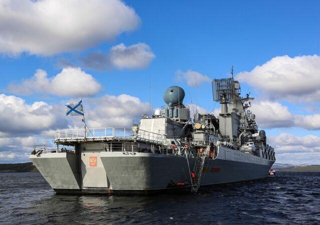 طراد الصواريخ مارشال أوستينوف في التدريبات البحرية كومجا - 2018 في بحر بارنتس