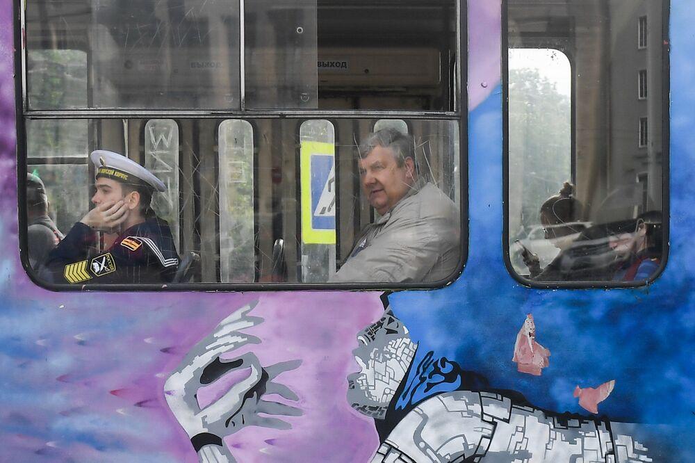 الناس في وسائل النقل العام في كالينينغراد