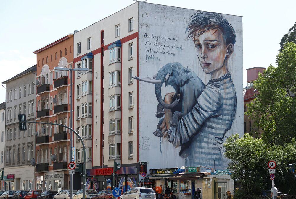 رسم غرافيتي لعدد من الفنانين أونور وويس21 وهيركاوت (Onur،  Wes21 ، Herakut ) ، كجزء من مهرجان برلين للجداريات 2018 الأول من نوعه، حيث يقوم الفنانون المدنيون المحليون والدوليون بإنشاء معرض كبير في الهواء الطلق لإثراء المساحات الحضرية في برلين، ألمانيا 21 مايو/ أيار 2018