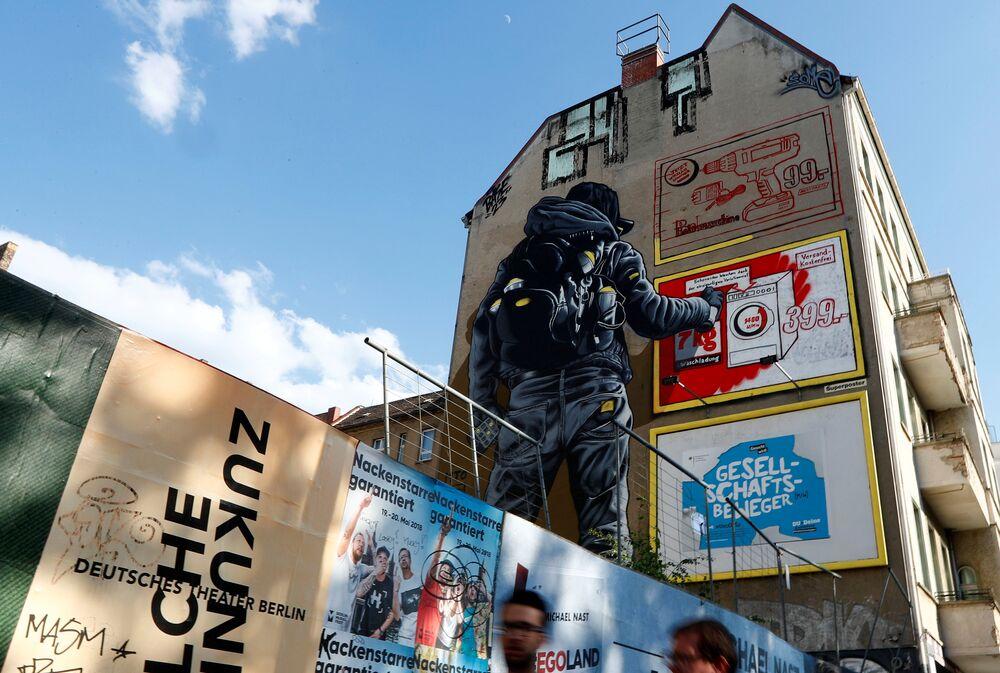 جدارية للفنان MTO  كجزء من مهرجان برلين للجداريات 2018 الأول من نوعه، حيث يقوم الفنانون المدنيون المحليون والدوليون بإنشاء معرض كبير في الهواء الطلق لإثراء المساحات الحضرية في برلين، ألمانيا  21 مايو/ أيار 2018