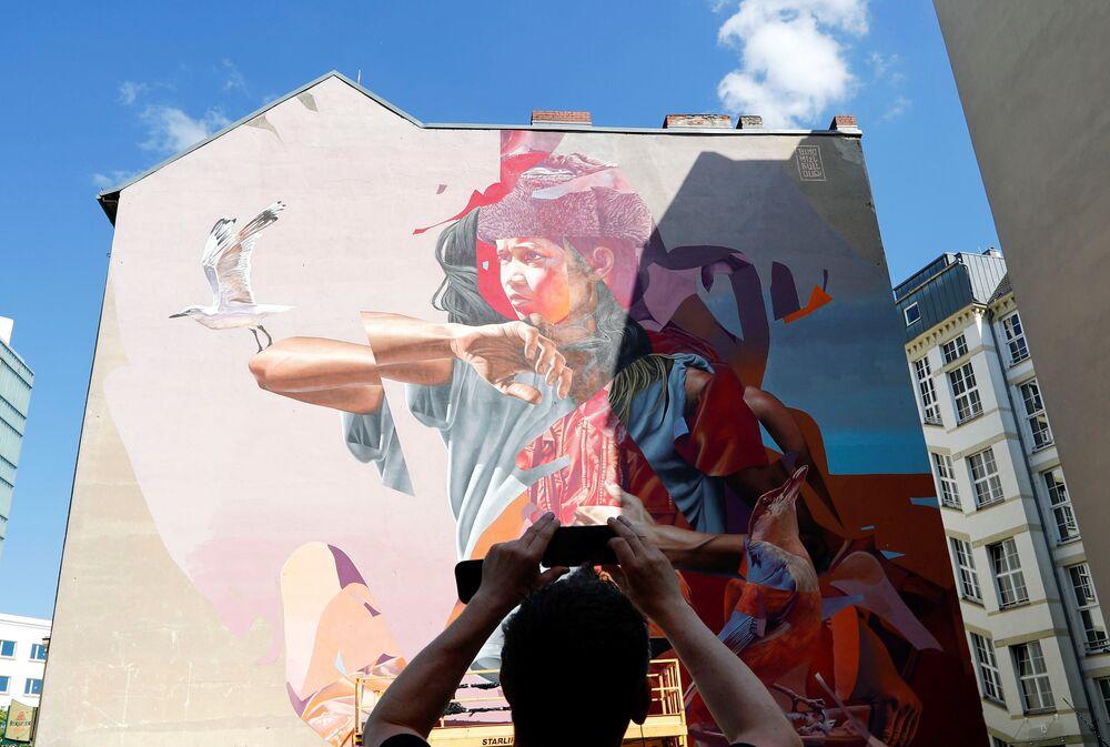 جدارية للفنانان تلموميل وجيمس بولوف (TelmoMiel and James Bullough) كجزء من مهرجان برلين للجداريات 2018 الأول من نوعه، حيث يقوم الفنانون المدنيون المحليون والدوليون بإنشاء معرض كبير في الهواء الطلق لإثراء المساحات الحضرية في برلين، ألمانيا  21 مايو/ أيار 2018