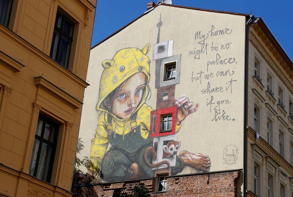 جدارية للفنان هيركاوت (Herakut) كجزء من مهرجان برلين للجداريات 2018 الأول من نوعه، حيث يقوم الفنانون المدنيون المحليون والدوليون بإنشاء معرض كبير في الهواء الطلق لإثراء المساحات الحضرية في برلين، ألمانيا  21 مايو/ أيار 2018