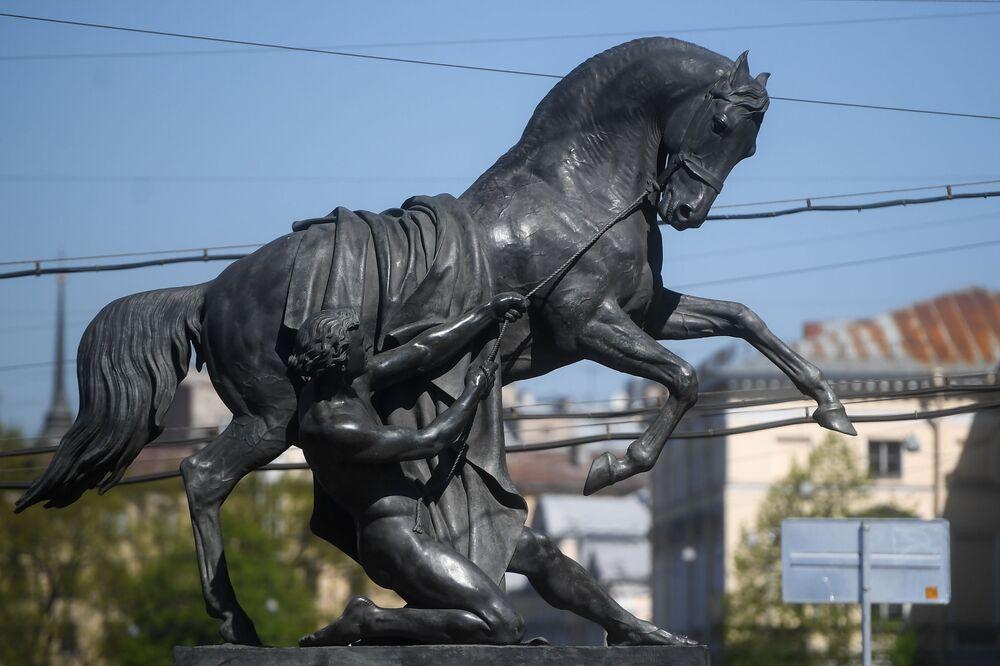 تمثال مروض الحصان على جسر أنيتشكوف