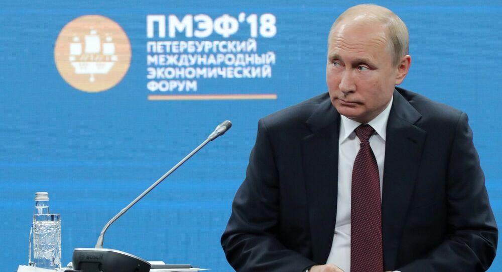 الجلسة العامة لمنتدى سان بطرسبورغ لكل من الرئيس الروسي فلاديمير بوتين والرئيس الفرنسي إيمانويل ماكرون ورئيس الوزراء الياباني شينزو آبي، بالاضافة إلى المديرة التنفيذية لصندوق النقد الدولي كرستين لاغارد