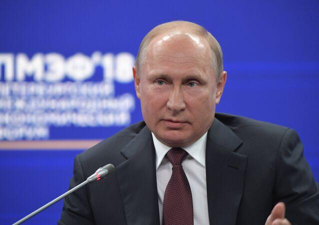 الجلسة العامة لمنتدى سان بطرسبورغ لكل من الرئيس الروسي فلاديمير بوتين والرئيس الفرنسي إيمانويل ماكرون ورئيس الوزراء الياباني شينزو آبي، بالاضافة إلى المديرة التنفيذية لصندوق النقد الدولي كرستينا لاغارد
