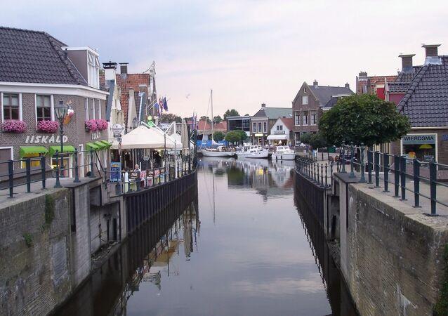 مشهد للقناة وإحدى الشوارع في هولندا