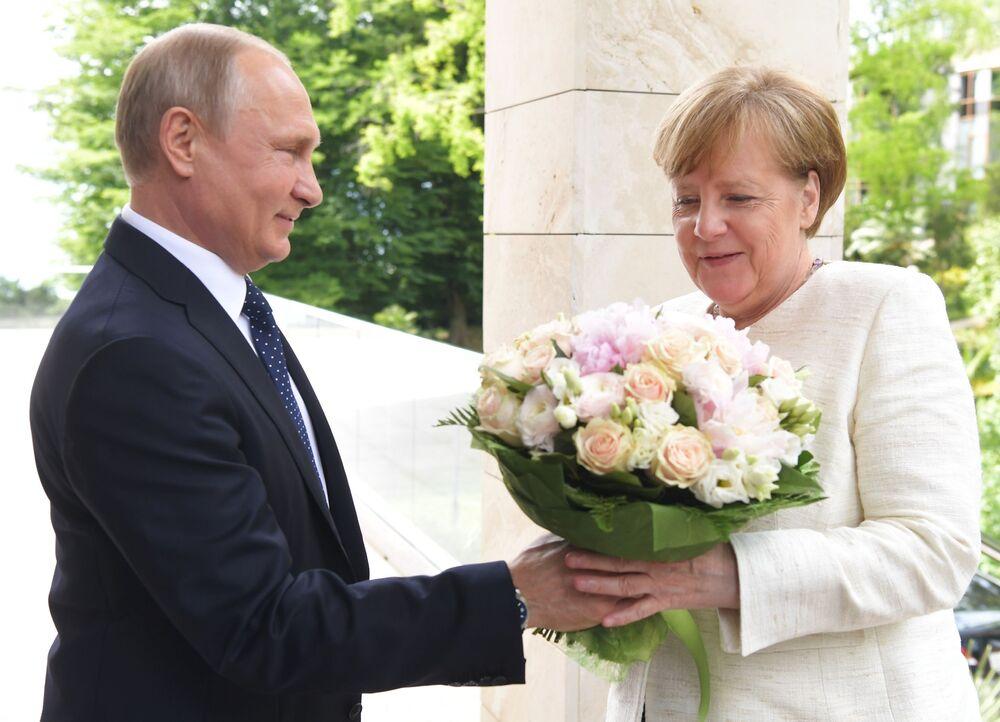 الرئيس فلاديمير بوتين يهدي باقة من الأزهار لمستشارة ألمانيا أنجيلا ميركل لدى وصولها مدينة سوتشي، روسيا  20مايو/ أيار 2018