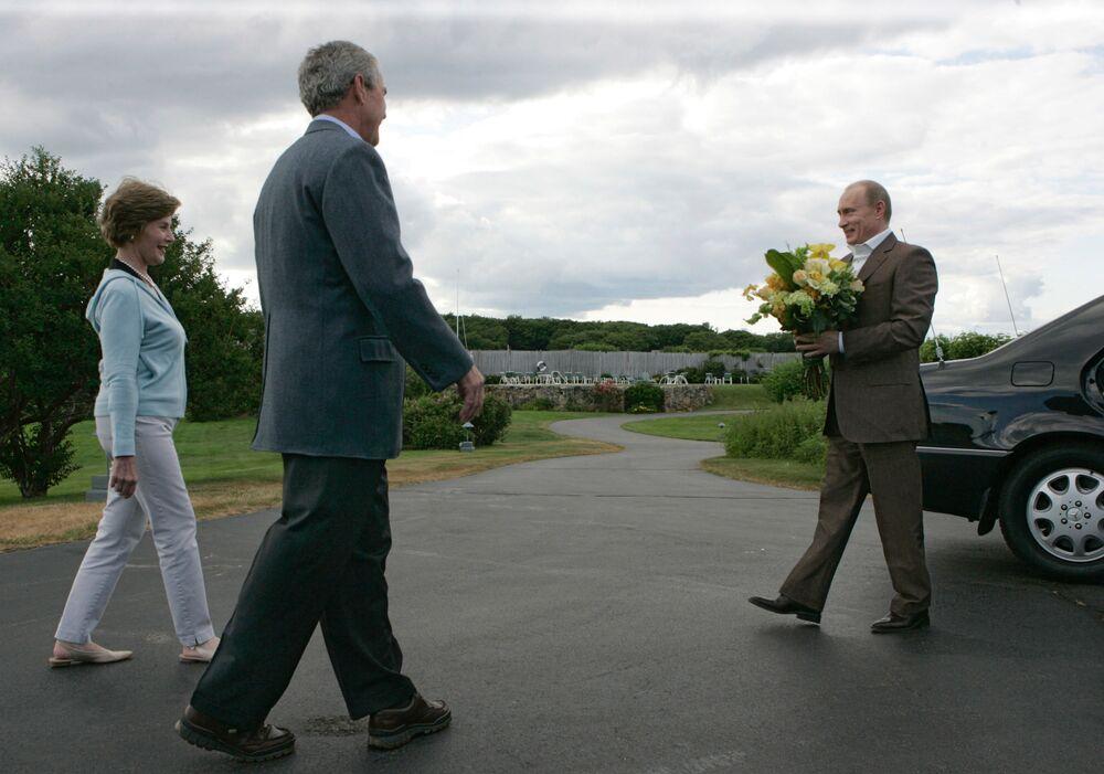زوجة الرئيس الأمريكي السابق لورا بوش، والرئيس الروسي فلاديمير بوتين خلال اللقاء في بيت عائلة بوش أوكيرس بوينت بالقرب من كينيبنكبورت بولاية مين