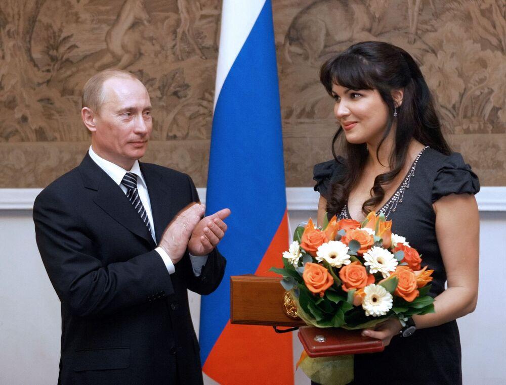 الرئيس فلاديمير بوتين يمنح اللقب الفخري فنان الشعب في روسيا لمغنية الأوبرا آنا نتريبكو في أمسية احتفالية بمناسبة الاحتفال بالذكرى الـ 225 لمسرح الدولة الأكاديمي ماريينسكي