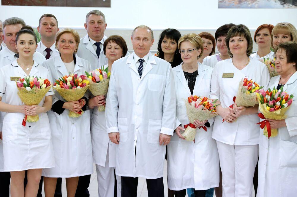 الرئيس فلاديمير بوتين في صورة جماعية مع موظفات المركز الطبي الجديد رقم 1 في بريانسك الروسية