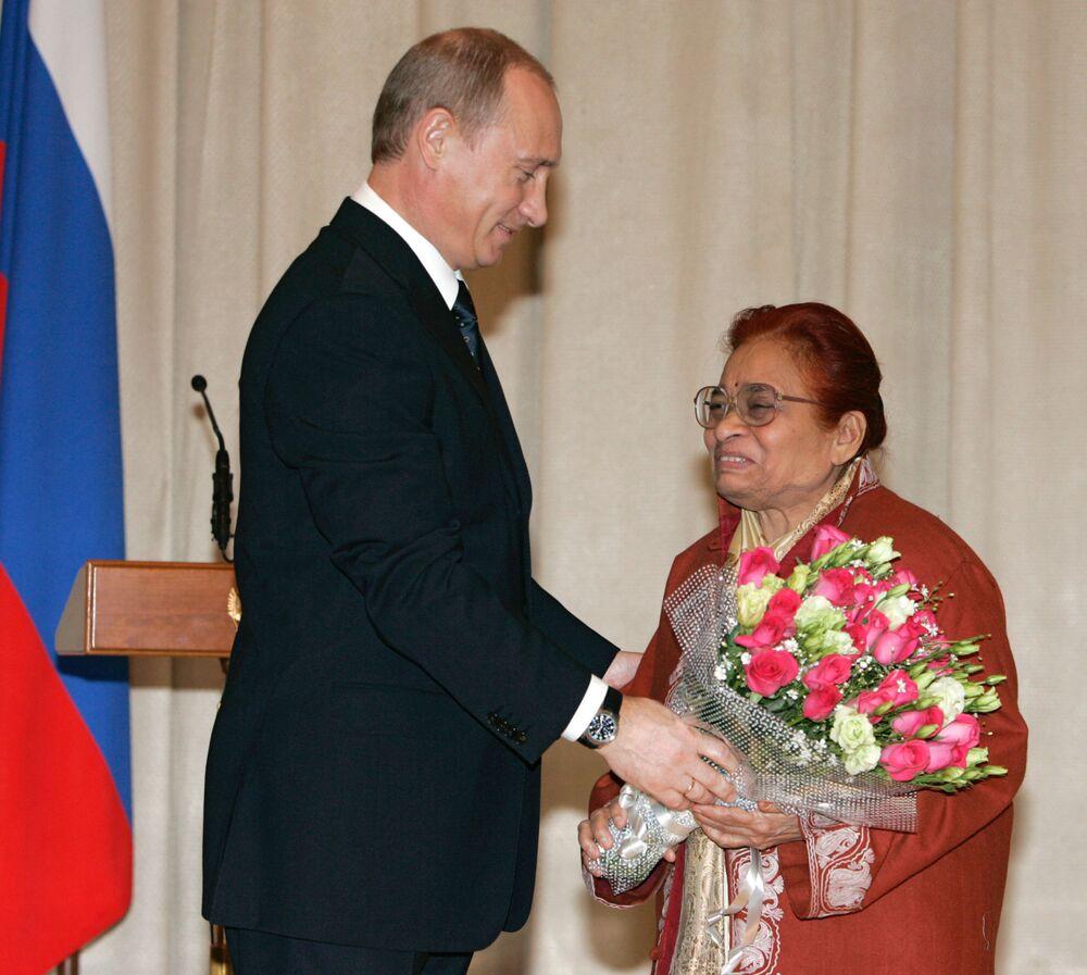 الرئيس فلاديمير بوتين خلال مراسم منح أوسمة الصداقة لعضو مجلس الشيوخ الهندي نيرمالا ديشباندا في السفارة الروسية بالهند