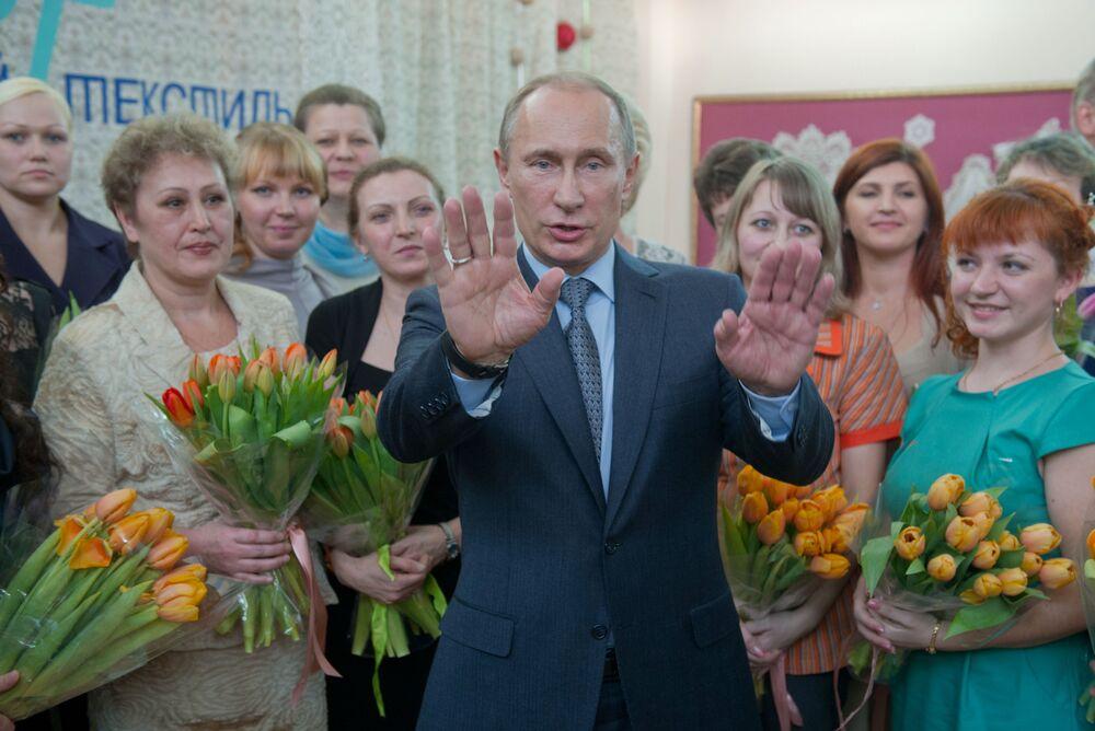 الرئيس فلاديمير بوتين خلال التقاط صورة جماعية مع موظفات مصنع النسيج فولوغودسك في عيد المرأة العالمي، 8 مارس/ آذار 2013