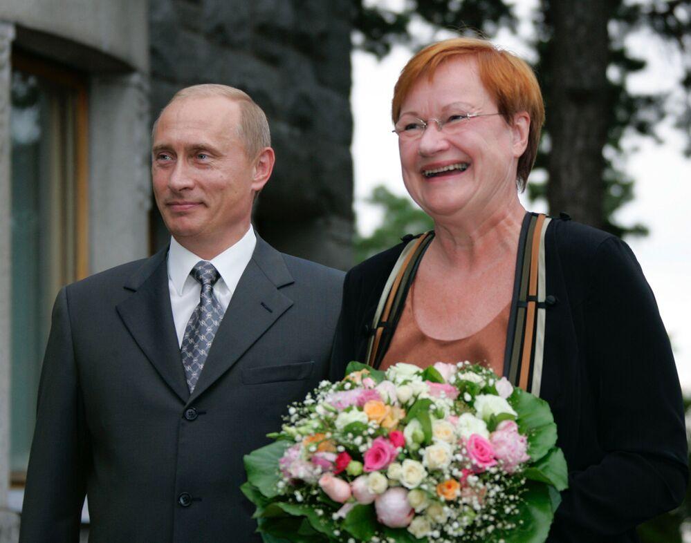الرئيس الروسي فلاديمير بوتين ورئيسة فنلندا  تارجا هالونين في المقر الرئاسي الفنلندي، عام 2005