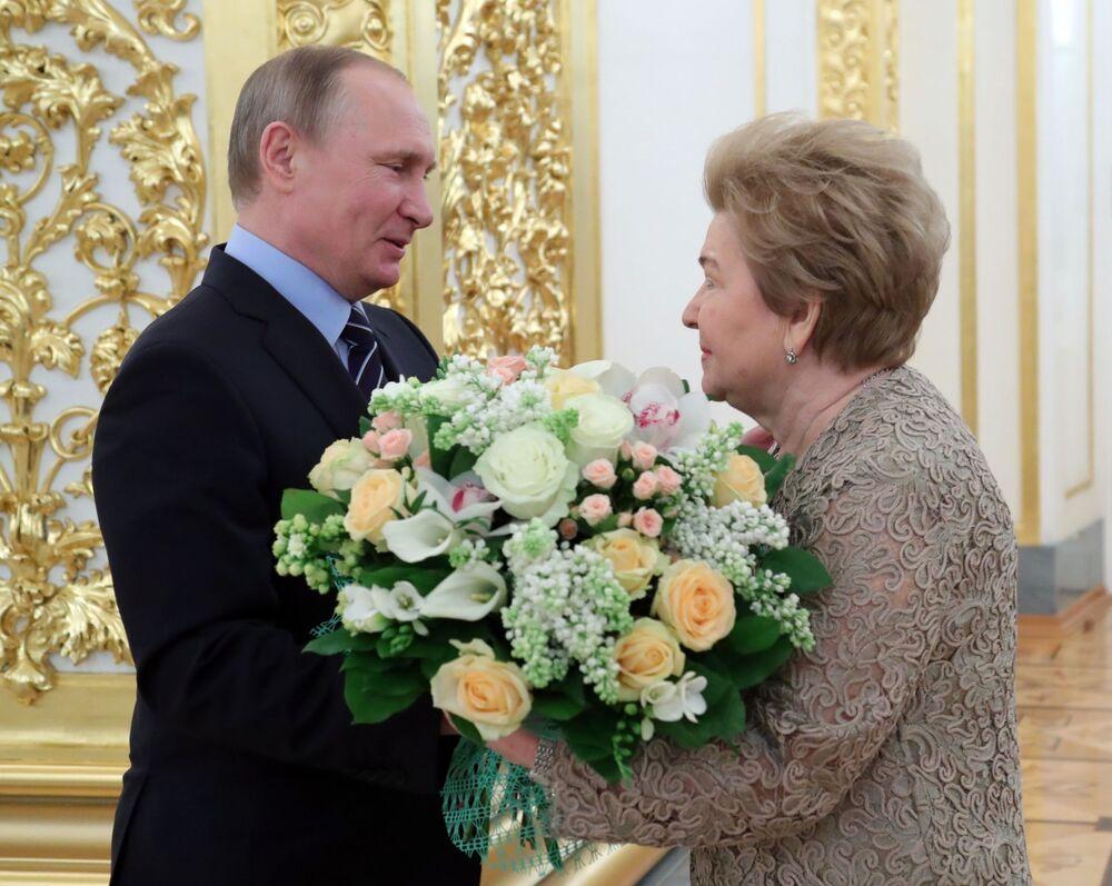 الرئيس الروسي فلاديمير بوتين ونينا يلتسينا، زوجة الرئيس الأول لروسيا الاتحادية بوريس يلتسين