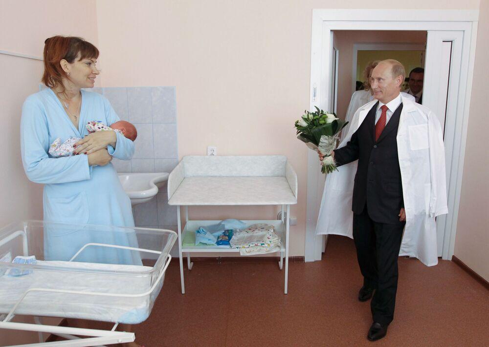 الرئيس الروسي فلاديمير بوتين يهنئ إحدى الأمهات الشابات في مركز تفير الطبي، 17 أغسطس/ آب 2010