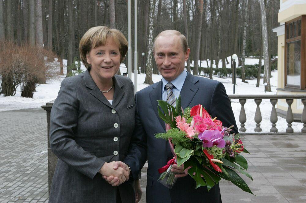 الرئيس الروسي فلاديمير بوتين خلال اللقاء مع مستشارة ألمانيا أنجيلا ميركل في نوفو-أوغاريفو، عام 2008