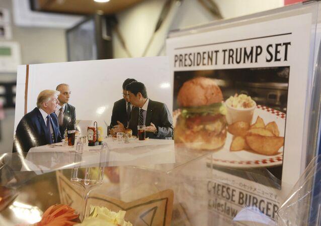 دونالد ترامب مع رئيس الوزراء الياباني شينزو أبي في مطعم برغير في اليابان