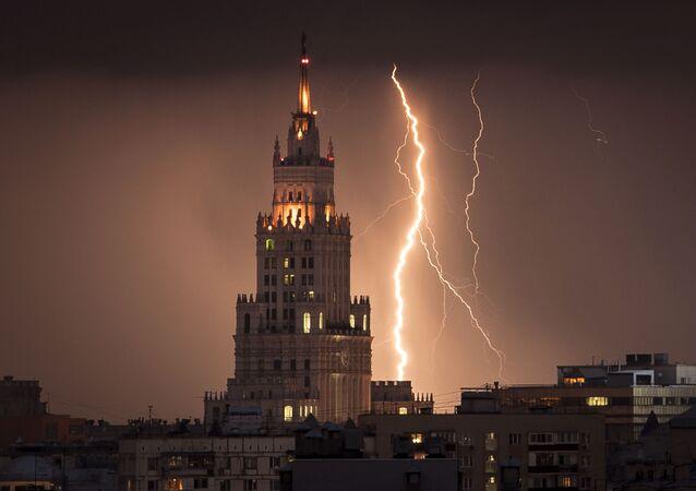 صاعقة تضرب ناطحة سحاب تعود لعهد ستالين خلال عاصفة مرت فوق موسكو، 14 أغسطس/ آب 2017
