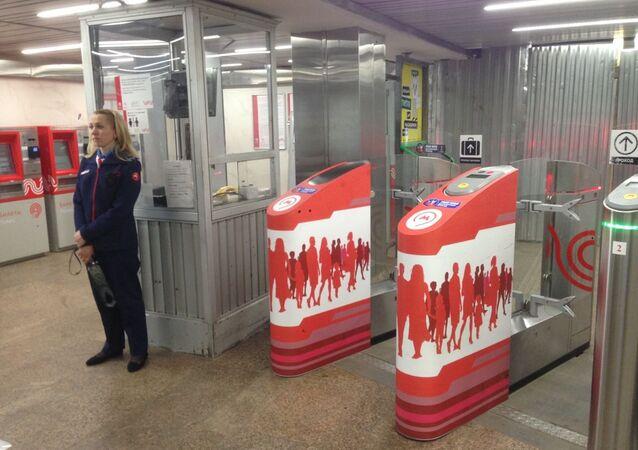 مداخل مخصصة لحملة جواز المشجع في مترو موسكو خلال كأس العالم