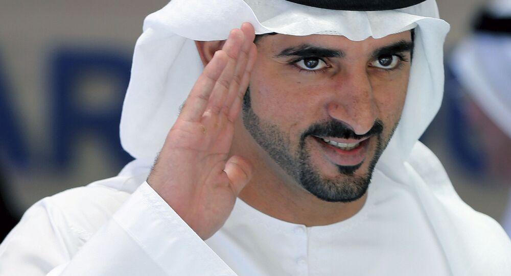 الشيخ حمدان بن محمد بن راشد آل مكتوم، ولي عهد دبي ورئيس مجلس دبي التنفيذي، يلقي التحية لدى وصوله إلى مراسم انطلاق مبادرة دبي الذكية 2021، التي تهدف إلى إنهاء المعاملات الورقية بحلول عام 2021  في دبي، الإمارات العربية المتحدة 16 أبريل/ نيسان 2017