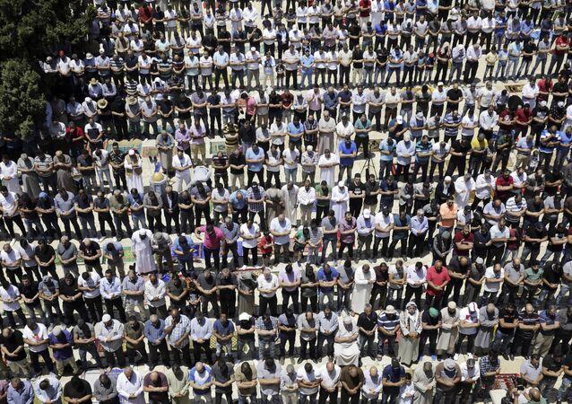 فلسطينيون خلال صلاة الجمعة الأولى في رمضان في حرم مسجد الأقصى، القدس، الضفة الغربية، 18 مايو/ أيار 2018
