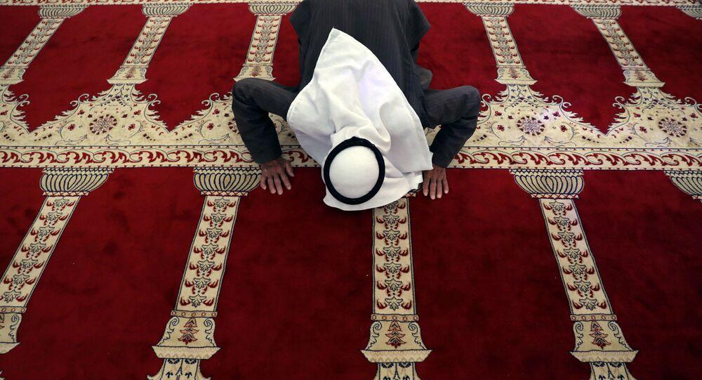 رجل فلسطيني يصلي في المسجد الأقصى في شهر رمضان، القدس، الضفة الغربية 21 مايو/ أيار 2018