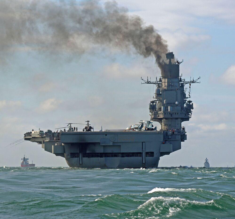 الطراد الحامل للطائرات الأميرال كوزنيتسوف أثناء عبوره لمضيق المانش