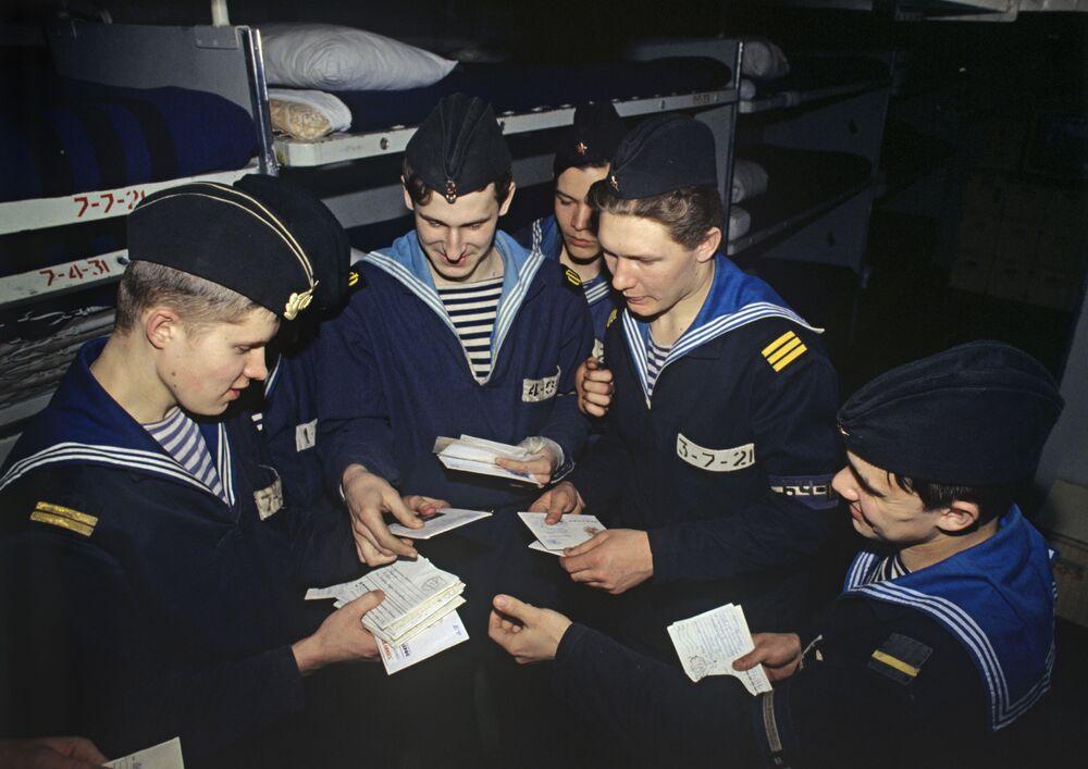 البحارة يستلمون البريد من أسرهم، السفينة المضادة للغواصات الأميرال ناخيموف
