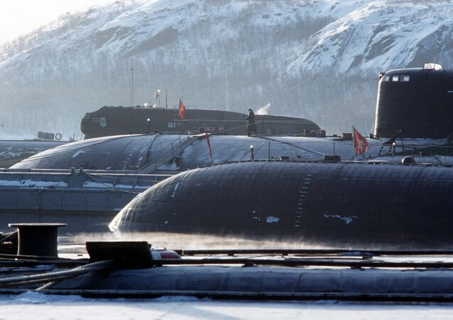 قاعدة الغواصات النووية - على خلفية الصورة الغواصة رقم 668 في بحر بارنتس، 1992