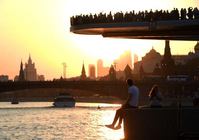 غروب الشمس من الجسر العائم في حديقة زارياديه في موسكو