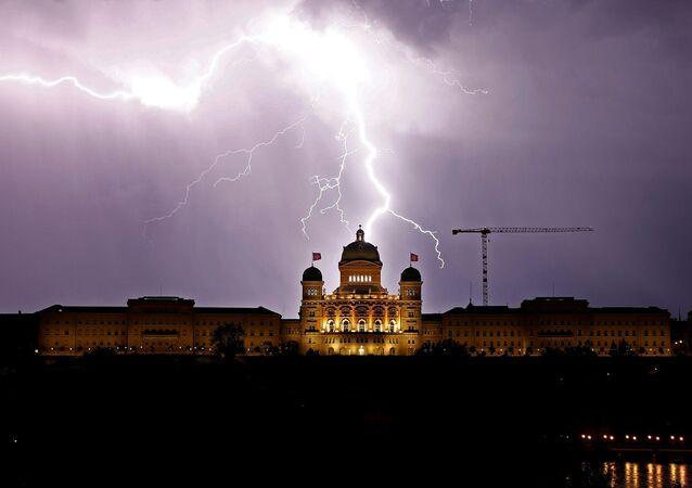 البرق ينير السماء فوق القصر الاتحادي السويسري (Bundeshaus) في برن، سويسرا 27 مايو/ أيار 2018