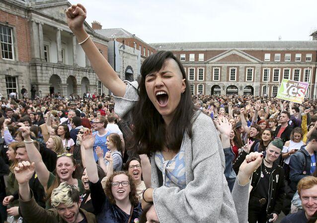 المشاركون في حملة نعم يحتفلون بالنتيجة الرسمية لاستفتاء الإجهاض الأيرلندي في قلعة دبلن، والذي أظهر نتيجة ساحقة لصالح إلغاء الحظر الدستوري على الإجهاض، أيرلندا 26 مايو/ أيار 2018