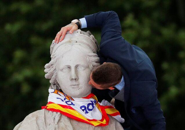لاعب فريق نادي ريال مدريد سيرخيو راموس يحتفل بالفوز بكأس بطولة دوري أبطال أوروبا في مدريد، إسبانيا 27 مايو/ أيار 2018